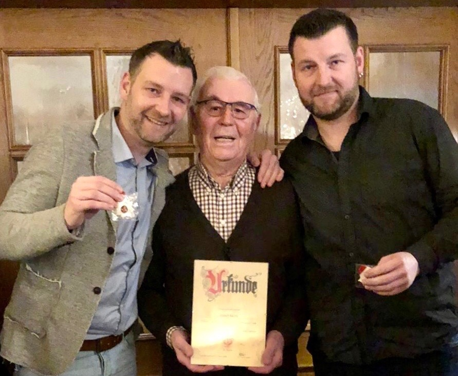 Zwei Generationen Spielleute: Lars und Sven Horstmann wurden für je 30-jährige, Senior Hubert Neims für 70-jährige Mitgliedschaft vom Vorstand geehrt.