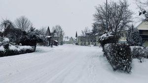 Verschneite Obere Dorfstraße mit Blick ins Unterdorf